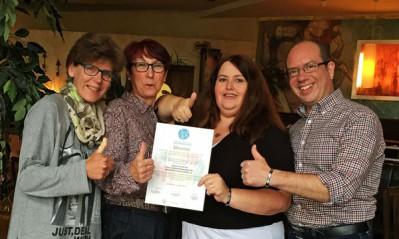 Abbildung: Mitglieder der Selbsthilfe Stoma-Welt e.V. zeigen die Urkunde zum Förderpreis und freue sich über die Auszeichnung