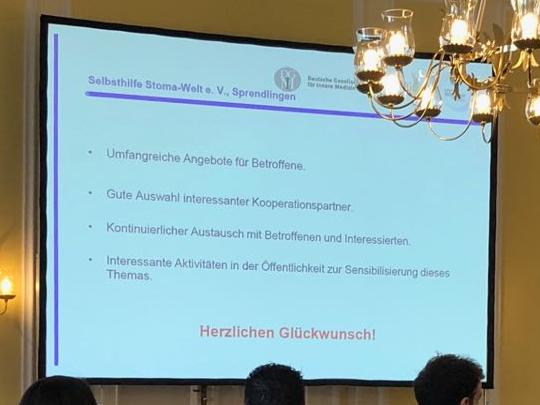 Ausschnitt aus der Präsentation zur Preisverleihung, in der die Statements der Jury zur Selbsthilfe Stoma-Welt e.V. aufgeführt sind.