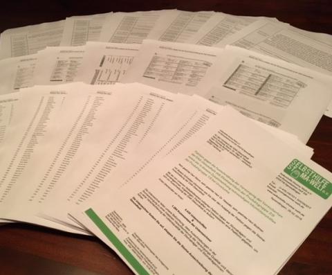 Die ausgedruckten und ausgebreiteten Unterschiftenlisten der Petition gegen die Stoma-Ausschreibung der DAK-Gesundheit