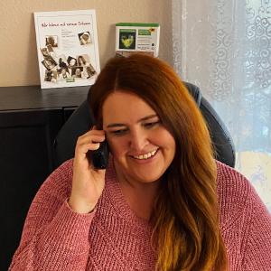 Abbildung: das Foto zeigt unserer Mitarbeiterin Sabine während eines telefonischen Beratungsgesprächs